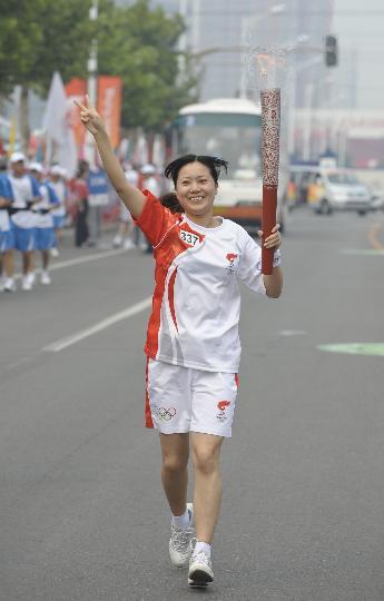 图文-奥运圣火在北京首日传递 火炬手刘静