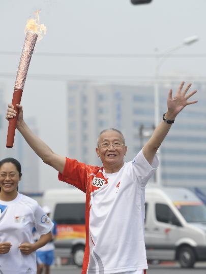 图文-奥运圣火在北京首日传递 火炬手魏纪中