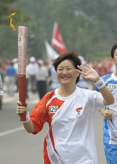 图文-奥运圣火在北京首日传递 火炬手黄涛