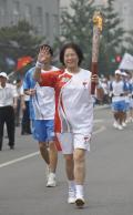 图文-奥运圣火在北京首日传递 火炬手吕圣荣