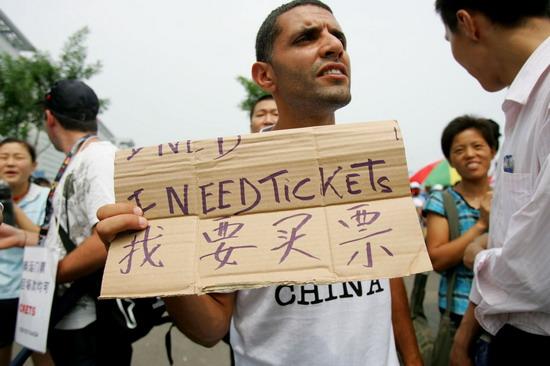 """图文-外国观众举牌求购门票 """"我要买票"""""""