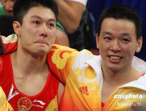 图文-男人哭吧不是罪 中国体操男团相拥而泣