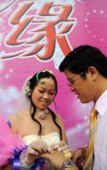 图文-奥运倒计时24小时 大型集体婚礼在广西举行