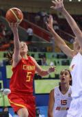 图文-中国女篮对阵西班牙女篮 卞兰在比赛中上篮