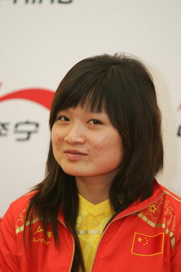 图文-中国射击队奥运庆功宴 女子10米气步枪冠军郭文�B