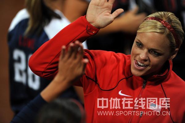 图文-北京奥运会垒球赛场回顾 一头金发闪亮赛场
