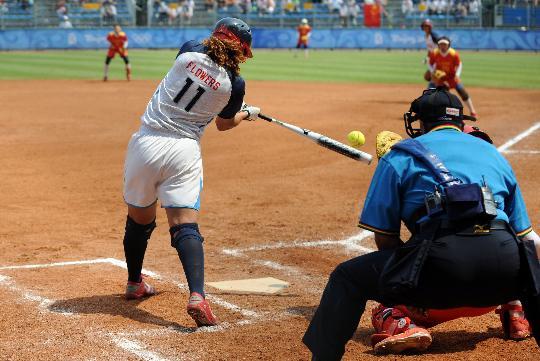 图文-北京奥运会垒球赛场回顾 弗劳尔斯击球瞬间