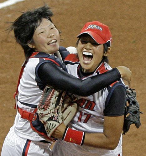 图文-北京奥运会垒球赛场回顾 裁判吹响哨音的那刻