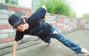 林俊杰为传递圣火做单臂俯卧撑 发行新专辑不忘锻炼