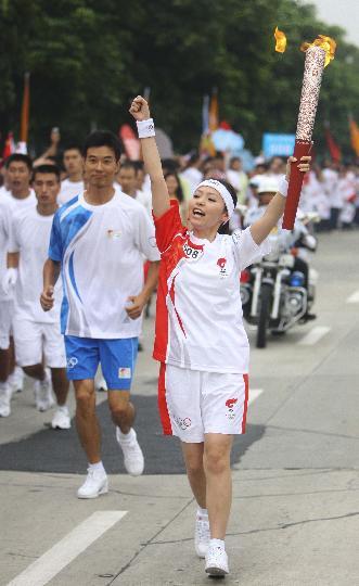 图文-奥运圣火在四川成都传递 张靓颖为四川呐喊