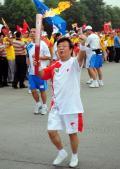 图文-奥运圣火在四川成都传递 魏明伦进行火炬传递