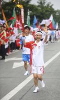 图文-奥运圣火在四川成都传递 女主播宁远传递火炬