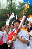 图文-奥运圣火在四川成都传递 杨力难以抑制激动