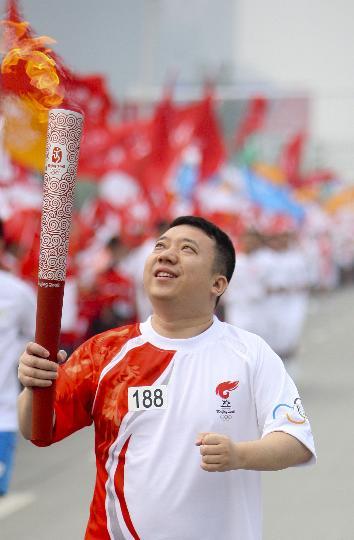 图文-奥运圣火在四川成都传递 第188棒火炬手刘挺