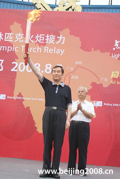 图文-奥运圣火在四川成都传递 圣火使者展示火炬