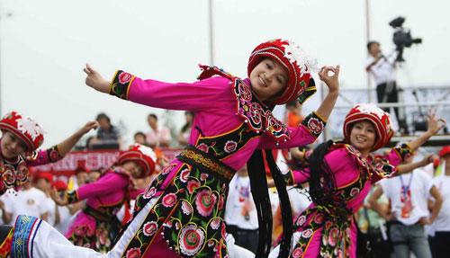图文-奥运圣火在四川成都传递 少数民族表演助兴