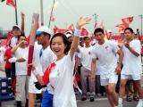 图文-奥运圣火在四川成都传递 陈鲁豫进行传递