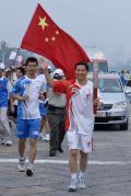 图文-奥运圣火北京首日传递 肖钢手持火炬传递