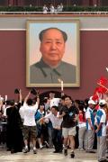图文-奥运圣火北京首日传递 姚明遭遇记者围追堵截