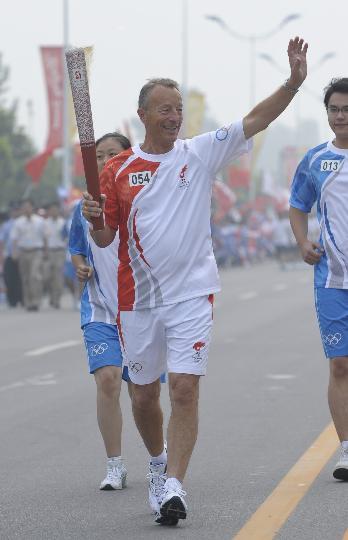 图文-奥运圣火最后一日传递 格哈德手持火炬传递