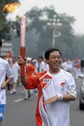 图文-奥运圣火在北京进行首日传递 开心地合不拢嘴