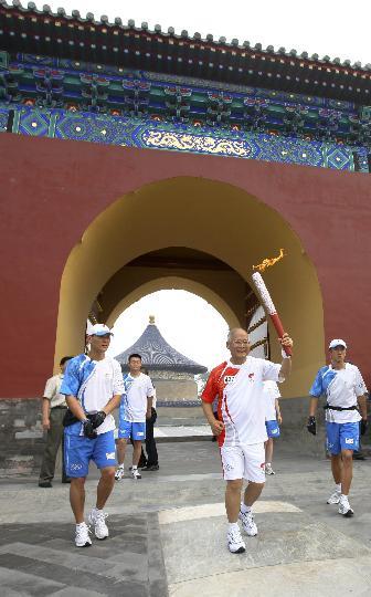 图文-奥运圣火在北京首日传递 火炬手何振梁