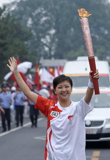 图文-奥运圣火在北京首日传递 美女火炬手郎峰蔚