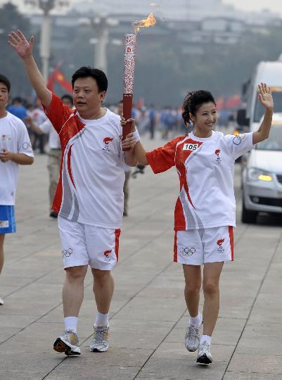 图文-奥运圣火在北京进行首日传递 火炬手徐春妮