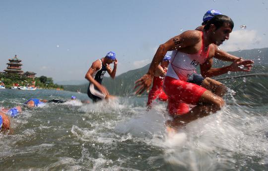 图文-08奥运会铁人三项比赛集锦 向前冲啊
