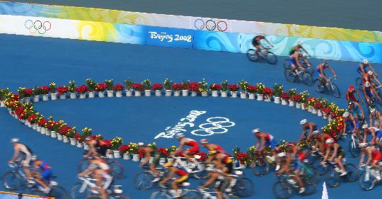 图文-08奥运会铁人三项比赛集锦 转弯处激烈角逐