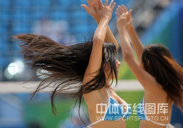 图文-男子沙滩排球首轮比赛 美女云集热力四射