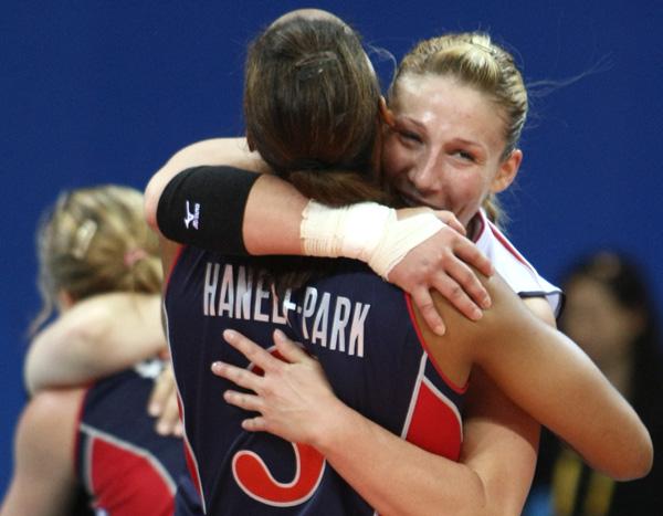 图文-女排半决赛美国3-0古巴 汉尼弗和队友拥抱
