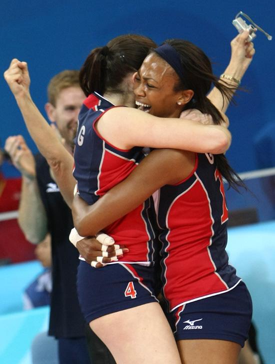 图文-女排半决赛美国3-0古巴 博格拥抱哥拉斯贺胜