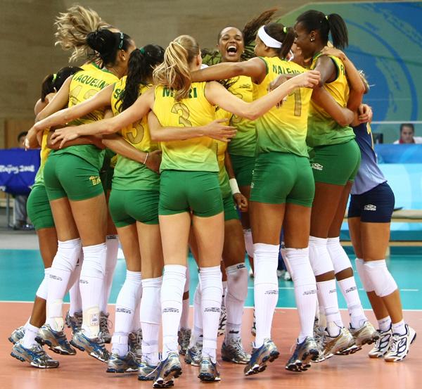 图文-女排半决赛中国0-3巴西 巴西姑娘拥抱欢庆胜利