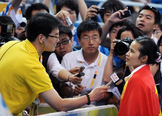 图文-陈燮霞夺北京奥运中国军团首金 接受采访