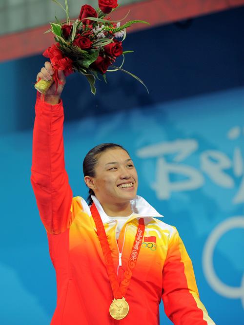 图文-[奥运]女子举重75公斤 曹磊向观众们致意