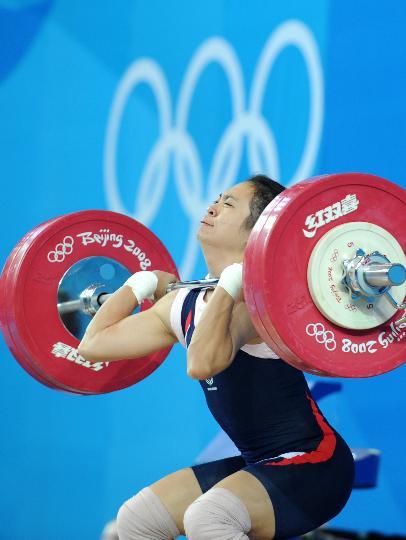 图文-08奥运会举重比赛集锦 最艰难的瞬间