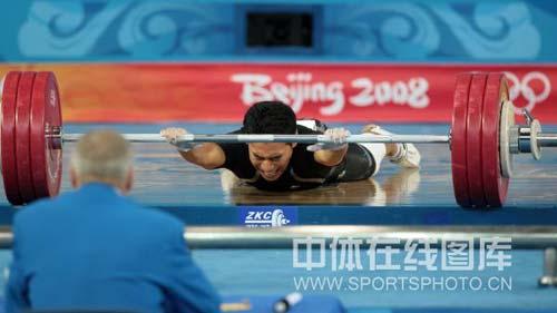 图文-08奥运会举重比赛集锦 最令人感动的一幕