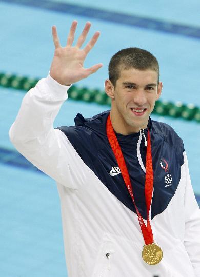 图文-男子400米个人混合泳颁奖 菲尔普斯挥手致意