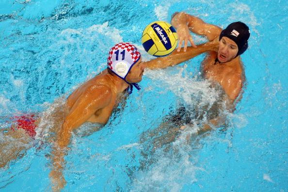 图文-奥运会16日男子水球赛况 一把抓住了对手