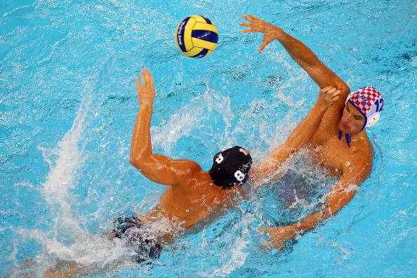 图文-奥运会16日男子水球赛况 你争我夺互不相让
