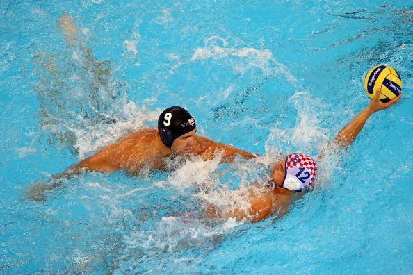 图文-奥运会16日男子水球赛况 就是让你抢不到