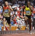 图文-15日田径赛场精彩瞬间 两名选手奋力奔跑