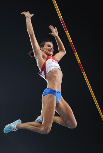 图文-田径女子撑杆跳高决赛 完成惊险一跳