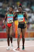 图文-田径女子800米决赛打响 相扶走下赛场