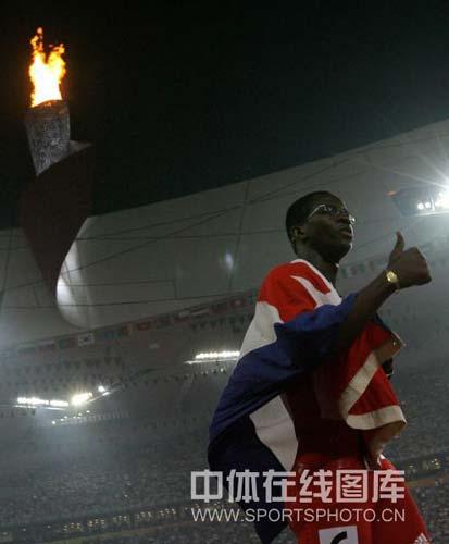 图文-奥运男子110米栏罗伯斯夺冠 罗伯斯举大拇指