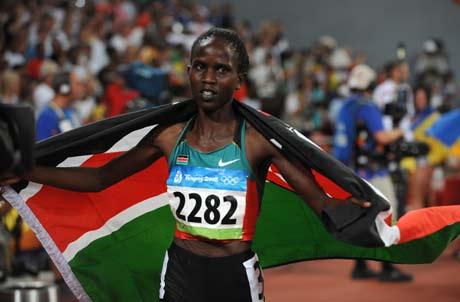 图文-[奥运]田径女子1500米决赛 身披国旗很自豪