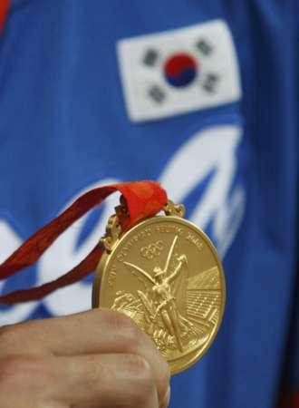 图文-[奥运]棒球韩国3-2古巴 韩国队员展示金牌