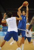 图文-希腊男篮赛前训练 希腊男篮队员进行对抗性练习