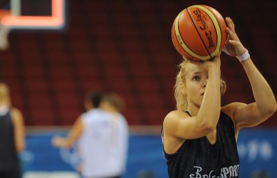 图文-俄罗斯女篮进行赛前训练 投篮表情很专注
